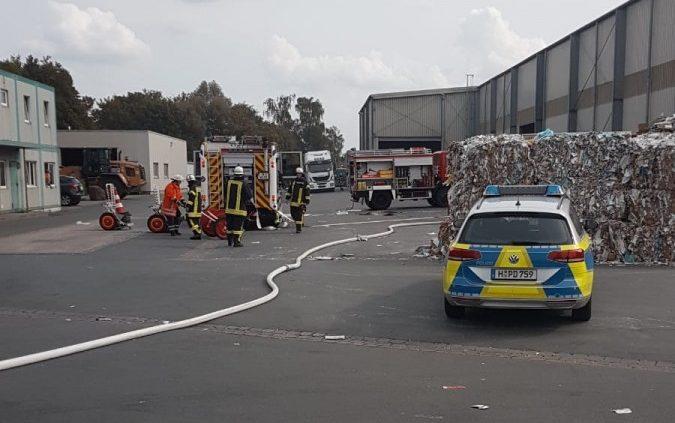Brennende Altpapierpresse: Kolenfelder Hafen